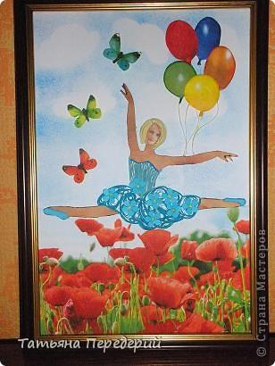 """Здравствуйте, дорогие жители СМ! Кто из нас (хотя бы во сне) не мечтал полетать, посмотреть свысока на земную красоту, ощутить себя лёгким, невесомым и """"крылатым""""? Именно с этими мыслями я  и создавала своих танцовщиц))) Этой работой заканчиваю серию летних красоток, а в планах уже зреют осенние. Низ картины, бабочки и шарики - декупаж. Фон неба сделан по МК Виты http://stranamasterov.ru/node/394356 ) фото 1"""