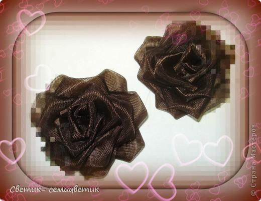 Милые девушки и... девочки! Я продолжаю учиться мастерить розы в технике Цумами Канзаши. Мой первый опыт здесь: http://stranamasterov.ru/node/381384 . Учусь я по МК Полыни: http://stranamasterov.ru/node/269709?c=favorite . фото 6