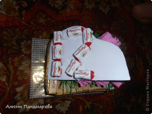 Сладкий подарок для племянницы! Моя племянница занимается музыкой (играет на фортепиано) вот так и решилась проблема с формой свит-букета! фото 3