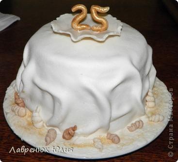Всем добрый день. У меня сегодня двойной праздник. Во-первых мне сегодня 25, а во-вторых сегодня ровно полгода как я сделала свой первый мастичный торт. Поэтому случаю новый тортик. Идею этого тортика я подсмотрела в одной мастерицы, правда у нее он был на 30 годовщину свадьбы,  с жемчужиной и 2-ярусный. Я долго мечтала такой сделать и вот свершилось))) фото 5
