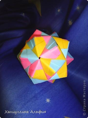 Эта кусудама очень простая в исполнении! Не требуется ни капельки клея. Только бумага и только ловкие руки оригамиста (любого уровня квалификации). Это изделие можно хорошо обыграть цветами на Ваш вкус, а можно оставить выдержанным, в одном цвете. За хороший МК я благодарю пользователя сайта Мурзину Татьяну. А вот и ссылка на ее публикацию: http://stranamasterov.ru/node/53243 фото 1