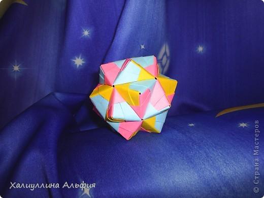 Эта кусудама очень простая в исполнении! Не требуется ни капельки клея. Только бумага и только ловкие руки оригамиста (любого уровня квалификации). Это изделие можно хорошо обыграть цветами на Ваш вкус, а можно оставить выдержанным, в одном цвете. За хороший МК я благодарю пользователя сайта Мурзину Татьяну. А вот и ссылка на ее публикацию: http://stranamasterov.ru/node/53243 фото 2