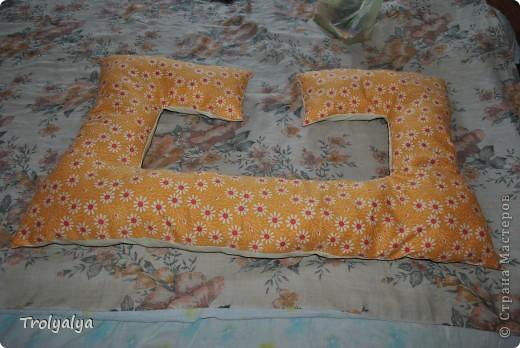 Подушка может быть использована для беременных, кормящих и тех, кто спит, обняв одеяло) Так же можно использовать как кроватный манеж или ограничитель для младенцев и кроватное кресло. Хлопок. наполнитель - синтепон.