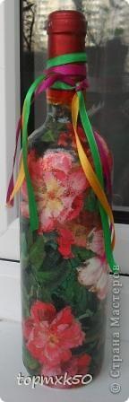 Уважаемые мастерицы, покажу свои последние летние работы. Моя любимая бутылочка, подаренная подруге на день рождения. Так понравилась эта салфетка с цветами. Цветы украсила блёстками. фото 1