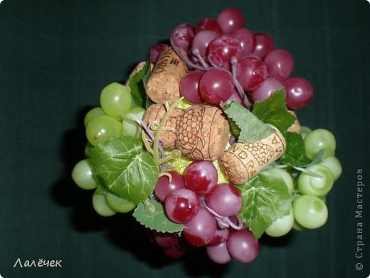 Скопилось у меня пробок немного, на панно не хватит, а вот на виноградный топиарчик в самый раз. Сказано - сделано, теперь вот хвастаюсь... фото 3