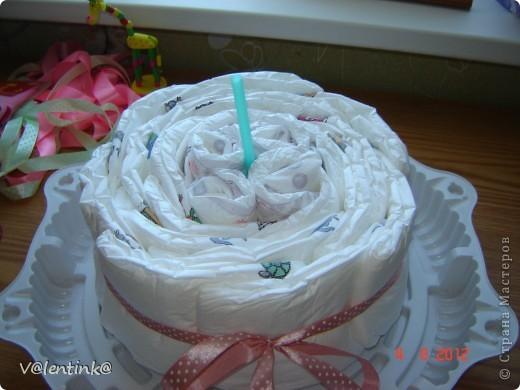 Вот и я добралась до памперсных тортов. Года два наблюдала процесс изготовления у других, и вот в начале лета сделала свой первый торт, подарила и не сфотографировала. Второй торт делала для двойни. И сразу решила сфотографировать весь процесс. И решила показать как я укладываю памперсы. фото 12