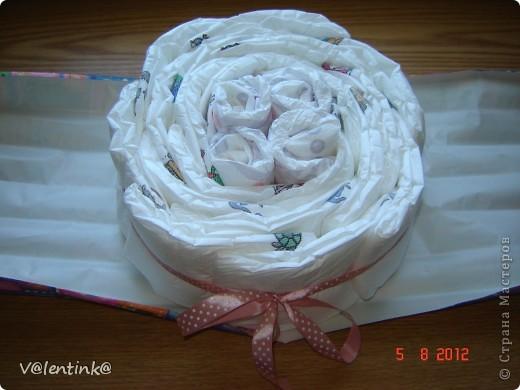 Вот и я добралась до памперсных тортов. Года два наблюдала процесс изготовления у других, и вот в начале лета сделала свой первый торт, подарила и не сфотографировала. Второй торт делала для двойни. И сразу решила сфотографировать весь процесс. И решила показать как я укладываю памперсы. фото 9