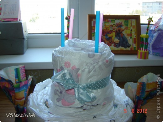 Вот и я добралась до памперсных тортов. Года два наблюдала процесс изготовления у других, и вот в начале лета сделала свой первый торт, подарила и не сфотографировала. Второй торт делала для двойни. И сразу решила сфотографировать весь процесс. И решила показать как я укладываю памперсы. фото 14