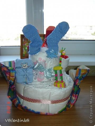 Вот и я добралась до памперсных тортов. Года два наблюдала процесс изготовления у других, и вот в начале лета сделала свой первый торт, подарила и не сфотографировала. Второй торт делала для двойни. И сразу решила сфотографировать весь процесс. И решила показать как я укладываю памперсы. фото 17