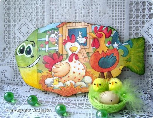 Привет Всем!!!Сегодня я к вам с новой работой!Вот такая рыбешка украшает теперь нашу кухню,выполнена она из гипса и задекупажена вот такой смешнючей салфеточкой)))Мордочку подсмотрела у Юлии Савчено,уж очень мне нравится ее роспись!!!  http://stranamasterov.ru/node/352769  фото 2