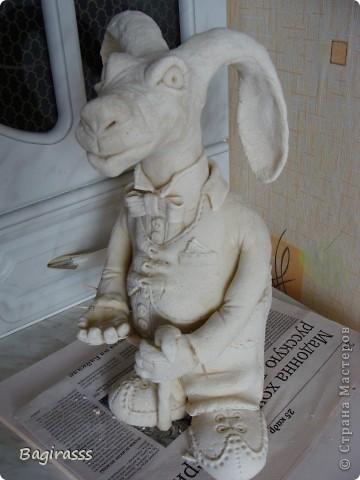 """Пока ворон сохнет решила слепить ему друга - зайца! Муж посмотрел на него и спросил:""""А почему у осла такие длинные уши, хотя нет ...на барана похож, только вот вместо рогов уши!!?"""" Мда.... ну чтож, и такие  зайцы бывают!!! Идею туловища брала здесь http://www.liveinternet.ru/users/keltma/post183842983   Надо с глиной попробывать поработать... фото 1"""