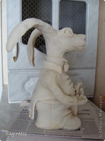 """Пока ворон сохнет решила слепить ему друга - зайца! Муж посмотрел на него и спросил:""""А почему у осла такие длинные уши, хотя нет ...на барана похож, только вот вместо рогов уши!!?"""" Мда.... ну чтож, и такие  зайцы бывают!!! Идею туловища брала здесь http://www.liveinternet.ru/users/keltma/post183842983   Надо с глиной попробывать поработать... фото 4"""