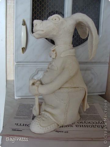 """Пока ворон сохнет решила слепить ему друга - зайца! Муж посмотрел на него и спросил:""""А почему у осла такие длинные уши, хотя нет ...на барана похож, только вот вместо рогов уши!!?"""" Мда.... ну чтож, и такие  зайцы бывают!!! Идею туловища брала здесь http://www.liveinternet.ru/users/keltma/post183842983   Надо с глиной попробывать поработать... фото 5"""