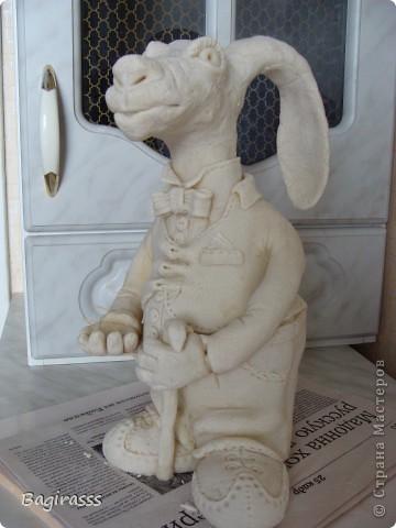 """Пока ворон сохнет решила слепить ему друга - зайца! Муж посмотрел на него и спросил:""""А почему у осла такие длинные уши, хотя нет ...на барана похож, только вот вместо рогов уши!!?"""" Мда.... ну чтож, и такие  зайцы бывают!!! Идею туловища брала здесь http://www.liveinternet.ru/users/keltma/post183842983   Надо с глиной попробывать поработать... фото 2"""