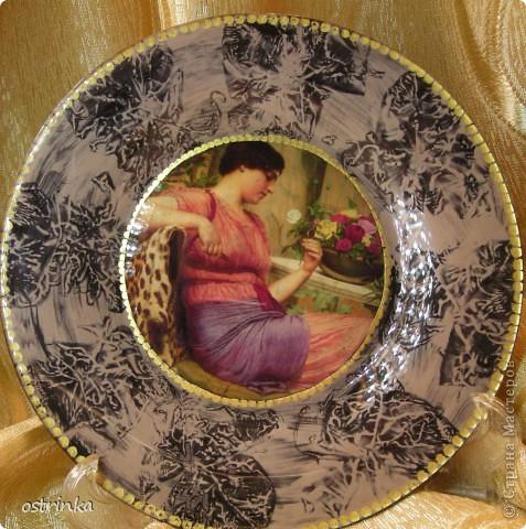 Моя первая тарелочка с обратным декупажем. Истонченная распечатка на фотобумаге. Золотой контур, акриловые краски, узор по кайме  - смятый пакет. фото 1