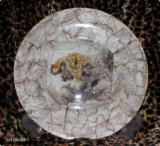 Моя первая тарелочка с обратным декупажем. Истонченная распечатка на фотобумаге. Золотой контур, акриловые краски, узор по кайме  - смятый пакет. фото 4