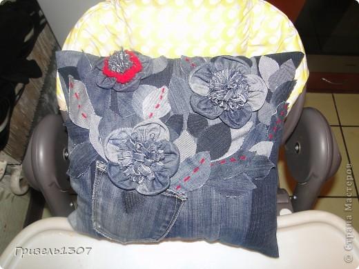 Делала подарок на 8 марта сестренке. Подушка, чехол сшит из старых джинсов, цветы из них же, красный цветок связан крючком