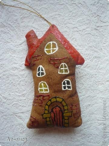 Раз я так безумно люблю средневековые домики, -подумала я, - то почему бы не сделать их в виде ароматизированных текстильных игрушек. И вот, не откладывая идею на неопределённый срок, тут же её воплотила. фото 7