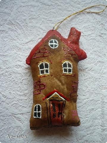 Раз я так безумно люблю средневековые домики, -подумала я, - то почему бы не сделать их в виде ароматизированных текстильных игрушек. И вот, не откладывая идею на неопределённый срок, тут же её воплотила. фото 8