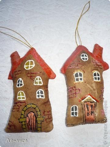 Раз я так безумно люблю средневековые домики, -подумала я, - то почему бы не сделать их в виде ароматизированных текстильных игрушек. И вот, не откладывая идею на неопределённый срок, тут же её воплотила. фото 9