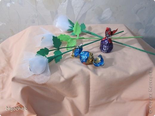 Такие цветы из шелка и фатина заказали на свадьбу в качестве призов за конкурсы для гостей фото 2