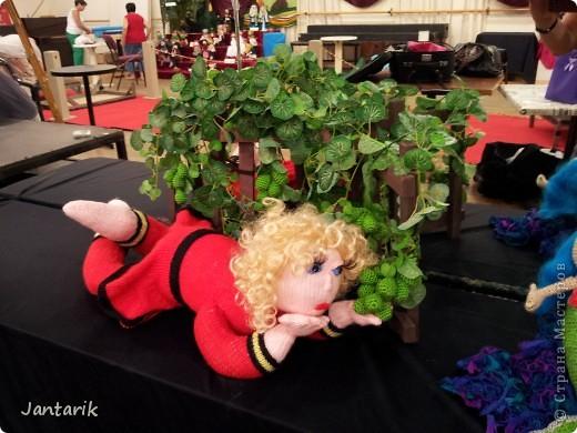 В Хайфе в эти дни проходит выставка кукол,в которой и я принимаю участие. Это мой скромный уголок. На выставке много посетителей и особенно много детей.Приезжают со всей страны.Тема выставки в этом году связана с виноградными изделиями))) и украшениями. фото 2