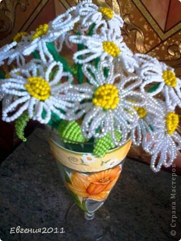украсила бокал цветочками, вырезанными с салфеток. вазочка для ромашек из бисера.  фото 2