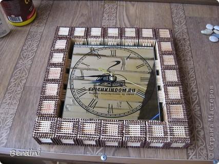 Часы в багетной рамке из спичек фото 2