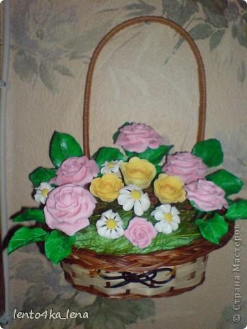 Собрала сегодня вот такую корзинку. Цветы были вылеплены раньше, никак не могла придумать как собрать в одно целое. Трудно было найти подходящую основу.  фото 1