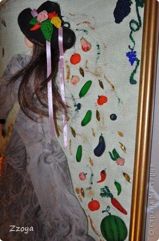 Работа размера А 4 ,использованы: ткань,на платье,зонт,кожа на шляпу, волосы отрезали прядь от парика,фрукты ,овощи,лицо,рука  из запекаемой пластики.Дорисовка краси акриловые.  фото 3