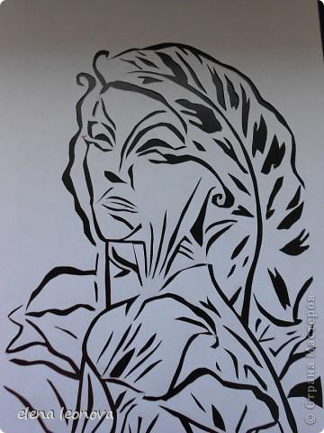 Душа душистого цветка Ты так ранима и легка! В саду от неги таешь, В букете -умираешь. Осветят праздник наш цветы, Даря осколки красоты. Эскиз для этой работы рисовала сама, после неудачной обработки в самом простом фоторедакторе дорисовывала и штриховала. За основу взята картина Октавио Окампо, мастера иллюзий. Спасибо  o-olnica, ее прекрасные работы вдохновляют на творчество практически всех вырезальщиков. фото 1