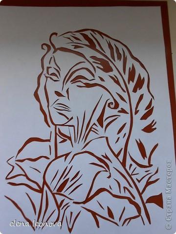 Душа душистого цветка Ты так ранима и легка! В саду от неги таешь, В букете -умираешь. Осветят праздник наш цветы, Даря осколки красоты. Эскиз для этой работы рисовала сама, после неудачной обработки в самом простом фоторедакторе дорисовывала и штриховала. За основу взята картина Октавио Окампо, мастера иллюзий. Спасибо  o-olnica, ее прекрасные работы вдохновляют на творчество практически всех вырезальщиков. фото 7