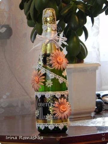 Эту бутылочку сделала сама. Это моя первая. Для свадьбы. Хотелось принарядить, но не хотелось чтобы она выглядела декупажной, поэтому получилась вот такой)) фото 1