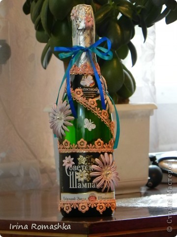 Эту бутылочку сделала сама. Это моя первая. Для свадьбы. Хотелось принарядить, но не хотелось чтобы она выглядела декупажной, поэтому получилась вот такой)) фото 2