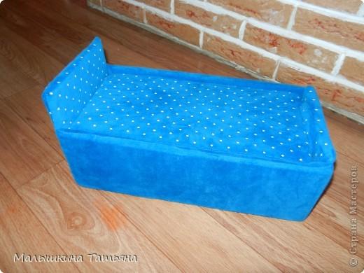 Эту кроватку сделала из картона, и обшила тканью. Использовала среднюю коробку. Не думала что что-то получится. Вроде ничего смотрится, детям понравилась. Выношу на ваш суд, приму любые коментарии. фото 1