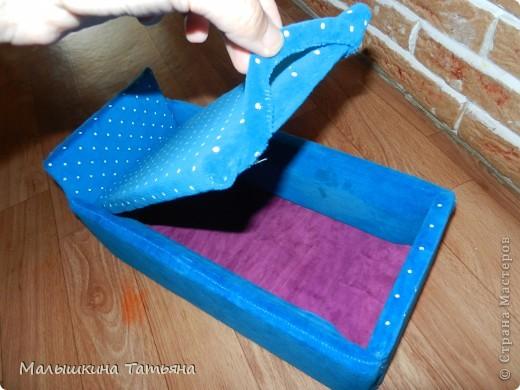 Эту кроватку сделала из картона, и обшила тканью. Использовала среднюю коробку. Не думала что что-то получится. Вроде ничего смотрится, детям понравилась. Выношу на ваш суд, приму любые коментарии. фото 2