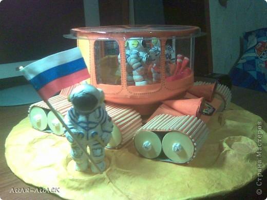 В прошлом году нужно было сделать поделку на  День космонавтики в школу. Мы с дочкой долго думали, что сделать и вот придумали. фото 1