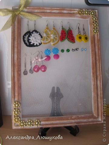 После того, как в мою шкатулочку(http://stranamasterov.ru/node/406459) перестали вмещаться сережки, я решила смастерить новое хранилище для них.Все серьги кроме: паучков,голубеньких(маленьких, со стразиком) гвоздиков, розовых гвоздиков и зелененькх с черепушкой сделаны собственноручно.  фото 1