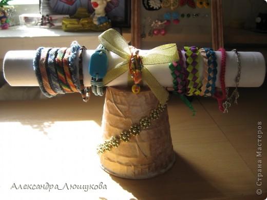 После того, как в мою шкатулочку(http://stranamasterov.ru/node/406459) перестали вмещаться сережки, я решила смастерить новое хранилище для них.Все серьги кроме: паучков,голубеньких(маленьких, со стразиком) гвоздиков, розовых гвоздиков и зелененькх с черепушкой сделаны собственноручно.  фото 2