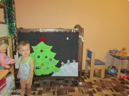 К прошлому Новому году сшила вот такую ёлочку с крючками для игрушек. Сама ёлочка из флиса, крючки нашила покрупнее. Даже не ожидала, что дочке так понравится вешать и снимать игрушки. На кануне Нового года снова повесим! фото 2