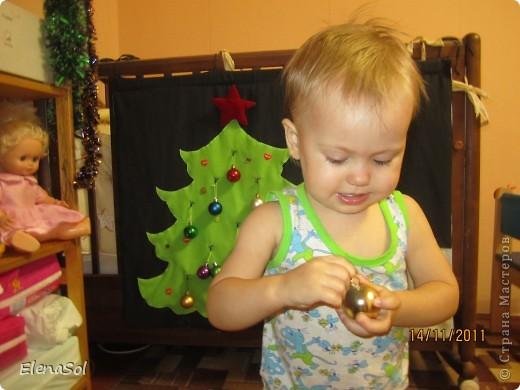 К прошлому Новому году сшила вот такую ёлочку с крючками для игрушек. Сама ёлочка из флиса, крючки нашила покрупнее. Даже не ожидала, что дочке так понравится вешать и снимать игрушки. На кануне Нового года снова повесим! фото 1