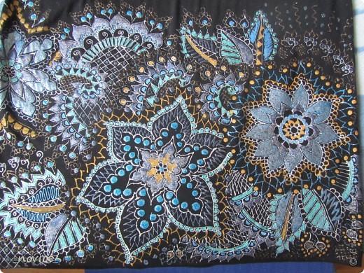 а почему бы и не попробовать обновить старенькие, но еще добротные и удобные вещички?  Рецепт: одежка хб или вискоза  (как советуют производители красок - не более 20% синтетики, красила 100% синтетики - облезает ...:-( ... ),  краски по ткани (Таир, Декола, C.Kreul контуры по шелку  Marabu),  рисуем как душа просит, хорошенько просушиваем (я на ночь оставляю, хватает),  гладим с изнанки примерно 5 мин , режим Хлопок (150 гр ?) - и заключительный этап - носим радостно и гордо ! :-) Стираем в воде не более 40 гр. Можно даже в машинке, но иные блестки перебегают на соседние одежки при стирке - учитываем такую особенность :-) Хорошего вам настроения, удачи, вдохновения  и бесконечного творческого подъема! :-) фото 9