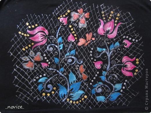 а почему бы и не попробовать обновить старенькие, но еще добротные и удобные вещички?  Рецепт: одежка хб или вискоза  (как советуют производители красок - не более 20% синтетики, красила 100% синтетики - облезает ...:-( ... ),  краски по ткани (Таир, Декола, C.Kreul контуры по шелку  Marabu),  рисуем как душа просит, хорошенько просушиваем (я на ночь оставляю, хватает),  гладим с изнанки примерно 5 мин , режим Хлопок (150 гр ?) - и заключительный этап - носим радостно и гордо ! :-) Стираем в воде не более 40 гр. Можно даже в машинке, но иные блестки перебегают на соседние одежки при стирке - учитываем такую особенность :-) Хорошего вам настроения, удачи, вдохновения  и бесконечного творческого подъема! :-) фото 6