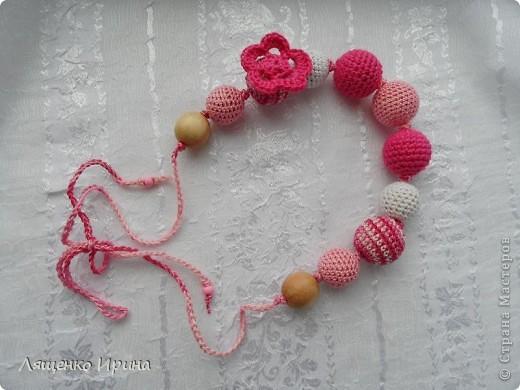 Слингобусы - модный аксессуар для молодой мамы. И необязательно их носить как бусы. Слингобусы можно использовать так же как слингоигрушку.  фото 2