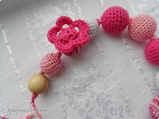 Слингобусы - модный аксессуар для молодой мамы. И необязательно их носить как бусы. Слингобусы можно использовать так же как слингоигрушку.  фото 3