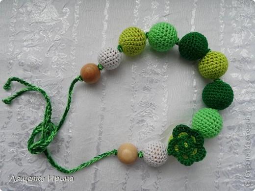 Слингобусы - модный аксессуар для молодой мамы. И необязательно их носить как бусы. Слингобусы можно использовать так же как слингоигрушку.  фото 6
