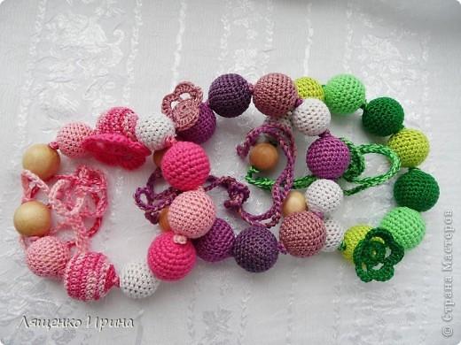 Слингобусы - модный аксессуар для молодой мамы. И необязательно их носить как бусы. Слингобусы можно использовать так же как слингоигрушку.  фото 1