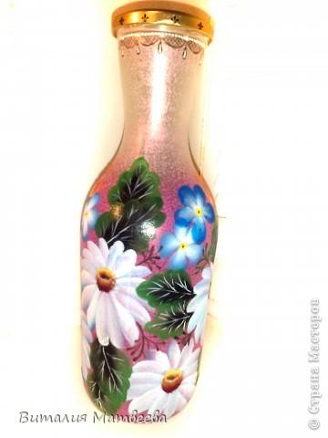 Здравствуйте жители СМ! Я сегодня к вам с новым бутылем, которы благополучно можно использовать и как вазочку. Росписала я его в подарок своим знакомым. Буду надеятся , что понравится. Желаю всем приятного просмотра и отличного настроения! фото 3