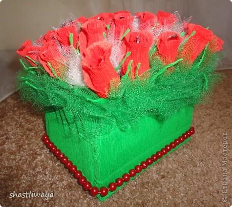 Это мой второй букетик. Попробовала сделать бутоны роз. Очень понравилось. Такие красивые они получились, но вот только собираться ни как не хотели...в итоге первоначальная красота была утеряна, т.к. разбирались они раз 5 точно ((( В итоге собралась вот такая клумба роз.  фото 1