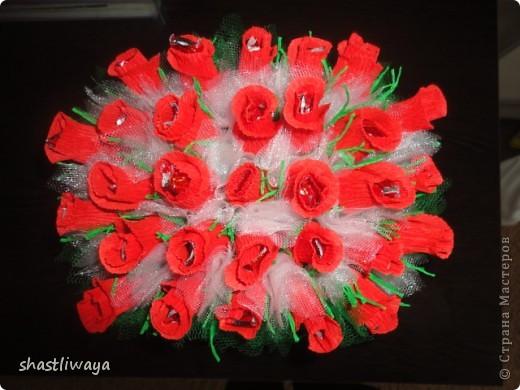 Это мой второй букетик. Попробовала сделать бутоны роз. Очень понравилось. Такие красивые они получились, но вот только собираться ни как не хотели...в итоге первоначальная красота была утеряна, т.к. разбирались они раз 5 точно ((( В итоге собралась вот такая клумба роз.  фото 3